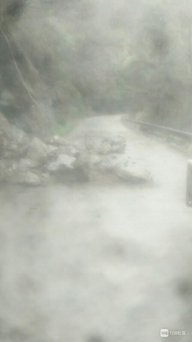 前山到雷峰附近山路塌方 多块巨石滚滚而下!车辆排队堵塞!