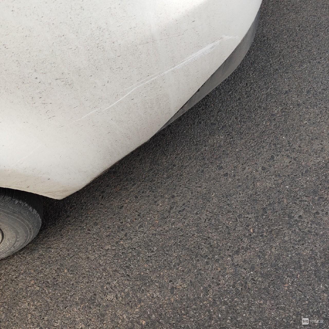 没出息!英溪北路电瓶车刮小汽车,跟车主对视一眼飞快逃跑!