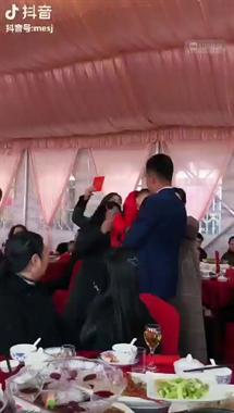 羡慕啊!宴席上萌娃背了个红书包,大人全要给他塞红包