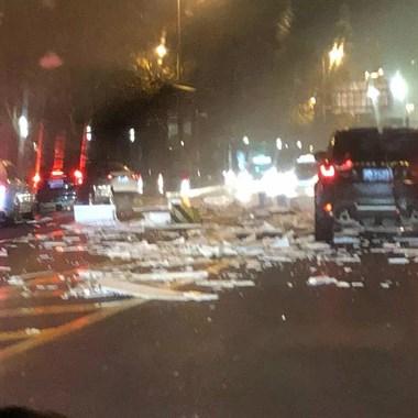 惨烈!柯桥街头路虎车发生车祸,撞上中央护栏车损严重