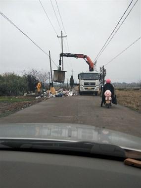 一大早垃圾车挡路中间,整整堵了30分钟,上班都迟到