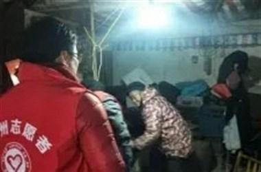 嵊州甘霖两老人钱物被盗无法过年 民警组织志愿者捐钱送物