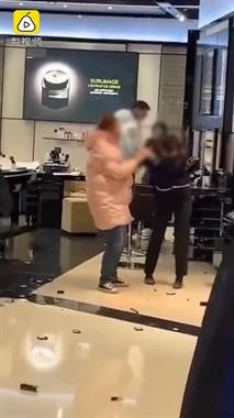 青岛女子砸香奈儿专柜,撕扯售货员