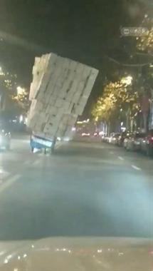"""景德镇这司机技术真""""牛""""!载这么多货 车都压歪了"""