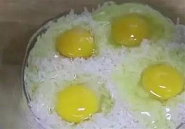 大米只会蒸米饭?不要傻了,加几个鸡蛋,简单易做,超好吃