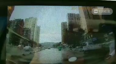 景德镇出租车逆行撞上福特!前轮都破了 多处受损…