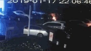 定海文化广场一轿车自燃!巡特警拿着灭火器来了