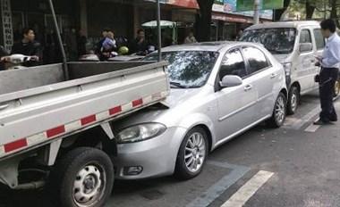 """亏大!乾元南街司机下车""""耍帅"""",没拉手刹眼睁睁看车跑了…"""