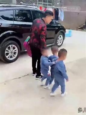 吊炸天!期末考试后儿子拿着奖状回家,途中走路都带风…