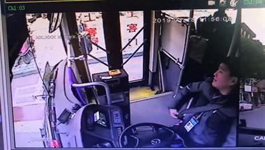 """长兴公交车司机将乘客""""赶下车"""",但大家却都为他点赞?"""