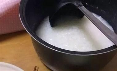 """粥店老板的秘诀:米下锅前,多加一步,煮出""""米油"""",粘稠香浓"""