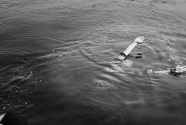两名乡医冰河中救出溺水少年,8秒跑下60米距离的河坡